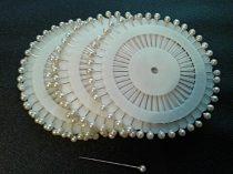 Gombostű készlet kerek, műanyag fejjel, 35 mm, mix, fehér, fekete,  40 darabos, 200 Ft/korong ( 1 levél/csomag )  (1)