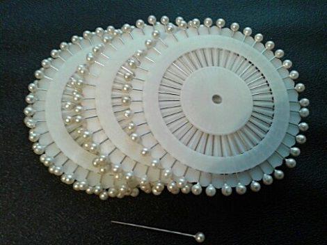 Gombostű készlet kerek, műanyag fejjel, 35 mm, mix, fehér, fekete,  40 darabos, 200 Ft/korong ( 1 korong)