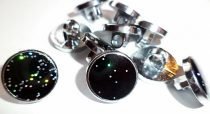 Divatgomb sima felületű fekete, színes csillámokkal, hátúl varró, 13 mm, 30 Ft / db