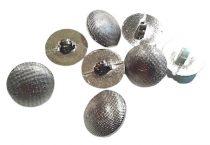 Ezüst, fémhatású gomb önmagában mintás, hátul varrós füles. Ø 18 mm. 38 Ft/db (min. 10 db-tól)